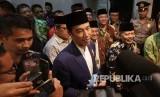 Presiden RI Joko Widodo diwawancara wartawan pada acara Silaturahim Presiden RI dengan Keluarga Besar Pesatuan Islam (Persis), di Kantor Pimpinan Pusat Persis, Kota Bandung, Selasa (17/10).