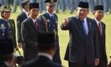 Presiden SBY bersama Boediono dan Joko Widodo menyapa sejumlah tamu dan undangan usai Upacara Peringatan Hari Kesaktian Pancasila di Monumen Pancasila Sakti, Lubang Buaya, Jakarta Timur, Rabu (1/10).(Antara/Widodo S.Jusuf)