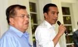 Presiden Terpilih Joko Widodo (kanan) bersama Wakil Presiden Terpilih Jusuf Kalla mengadakan konferensi pers di rumah dinas kegubernuran DKI Jakarta, Jumat (10/10). (Republika/ Wihdan)