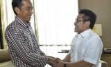 Presiden terpilih Joko Widodo (kiri) menyalami Ketua Umum DPP PKB Muhaimin Iskandar (kanan)