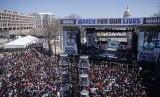 Ratusan ribu demontran memadati Pennyslvania Avenue, Washington, Sabtu (24/3). Mereka menuntut kontrol senjata lebih ketat di Amerika Serikat.
