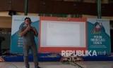 Redaktur Republika Fernan Rahadi  memberi pelatihan menulis berita kepada ratusan santriwan dan santriwati Mambaus Sholihin Islamic Boarding School, Gresik, Senin (16/4).