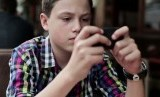 Remaja masa kini yang baik namun kecanduan gadget. Ilustrasi