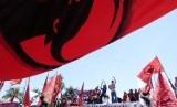 Ribuan kader PDIP menggelar aksi menolak kenaikan BBM di depan gedung Grahadi, Surabaya Selasa (27/3).