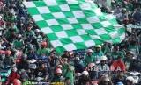 Ribuan suporter Persebaya berkonvoi saat mengiringi arak-arakan tropi kemenangan Persebaya di Liga 2 dan pemainnya, di Surabaya, Jawa Timur, Rabu (29/11).