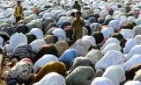 Ribuan umat Islam melaksanakan Salat Idul Adha di jalan raya di kawasan Jatinegara, Jakarta, Selasa (15/10).  (Republika/Wihdan)