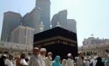 Ritual Tawaf yang dilakukan jamaah haji atau umrah dengan mengelilingi Kabah tujuh kali.