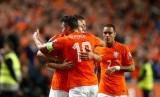 Robin van Persie memeluk Arjen Robben usia mencetak gol.
