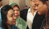 Rosmah Mansor (left), wife of Malaysian Prime Minister Najib Razak, cries with family members of passengers on the missing Malaysia Airlines flight MH370, at a hotel in Putrajaya March 9, 2014.