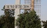 Salib raksasa yang dibangun Parvez Henry Gill di Karachi.