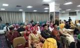 Sebanyak 50 pasangan dari warga miskin di Kota Bandar Lampung mengikuti nikah massal atau itsbat nikah di Kantor Pemprov Lampung, Jumat (8/12).