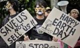 Sejumlah aktivis lingkungan hidup menggelar aksi peringatan Hari Bumi Internasional (ilustrasi).