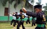 Sejumlah anak berlatih pencak silat Betawi di Kampung Betawi.