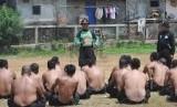 Sejumlah anggota Polri mengikuti pelatihan dan pembinaan di Lapangan Bola, Polsek Palmerah, Jakarta, Senin (15/9).(Republika/Rakhmawaty La'lang).