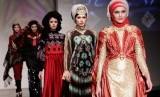 Sejumlah model memeragakan rancangan busana karya Syahreza dengan tema