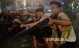 Sejumlah pemeran mementaskan drama kolosal Surabaya Membara di Jalan Tugu Pahlawan, Surabaya, Jawa Timur, Kamis (9/11). Drama yang menceritakan perjuangan arek-arek Suroboyo mempertahankan kemerdekaan RI tersebut dalam rangka memperingati Hari Pahlawan.