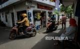 Sejumlah pengendara motor melintasi gang pepaya, Kalibata, Jakarta Selatan, Kamis (8/12).