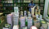 Sejumlah pengunjung memilih buku agama di toko buku Wali Songo, Jakarta, Senin (29/6).  (Republika/Prayogi)