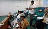 Sejumlah pengurus masjid mengikuti acara 'Pelatihan Akuntansi Masjid secara Online' di Masjid Pusdai, Bandung, Jawa Barat, Sabtu (21/4).