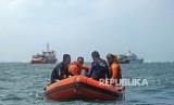Sejumlah personel Basarnas mencari korban tenggelam di laut. (ilustrasi)