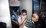 Sejumlah perwakilan Kedutaan Besar Filipina keluar dari lapas usai menjenguk warga negara Filipina terpidana mati kasus penyelundupan narkoba jenis heroin, Mary Jane Fiesta Veloso di Lapas Wirogunan, Yogyakarta, Selasa (31/3).