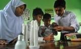 Sejumlah siswa didampingi guru mereka membuat pengisi daya ('charger') telepon genggam dengan menggunakan bahan dari lampu neon bekas di Madrasah Ibtidaiyah (MI) Kalisidi 2, Ungaran, Kabupaten Semarang, Jawa Tengah.