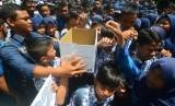 Sejumlah siswa memasukkan uang ke dalam kotak pada aksi penggalangan dana untuk korban gempa Aceh di SMP Negeri 10 Kota Tasikmalaya, Jawa Barat, Kamis (8/12).