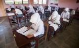 Sejumlah siswa mengerjakan soal saat mengikuti Ujian Akhir Madrasah Berstandar Nasional (UAMBN) di Madrasah Aliyah Negeri (MAN) 1 di Ambon, Maluku, Senin (9/3).