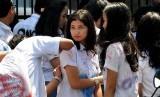 Sejumlah siswa SMA Negeri 26 Jakarta melakukan aksi corat-coret seragam mereka ketika merayakan kelulusan ujian nasional (UN), Jumat (24/5).