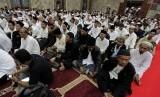 Sejumlah umat Islam melakukan doa bersama di Masjid Sunda Kelapa, Jakarta, Ahad (19/10). (Antara/Muhammad Adimaja)