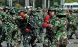 Sejumlah wanita TNI melakukan atraksi kemampuan diri pada pelaksanaan gladi resik upacara bersama wanita TNI-Polri dalam rangka peringatan hari kartini di kawasan Monas, Jakarta, Jumat (19/4).