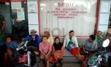 Sejumlah warga menunggu jerigen nya untuk diisi BBM di SPBU Anjatan, Indramayu, Selasa (26/8).(Republika/Raisan Al Farisi)