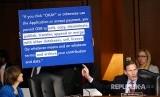 Senator Richard Blumenthal saat menanyai CEO Facebook Mark Zuckerberg yang bersaksi di Capitol Hill, Washington, Rabu (11/4), AS. Senat AS memanggil Zuckerberg atas kasus penggunaan data Facebook yang menyasar pemilih American pada pemilu 2016 dan privasi data.