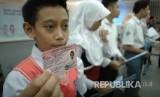 Seorang anak memperlihatkan Kartu Identitas Anak (KIA)