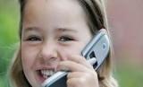 Seorang anak sedang memainkan ponsel