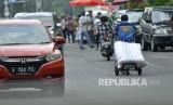 Seorang kuli angkut membawa barang bawaannya melintas di Pasar Tanah Abang, Jakarta Pusat, Senin (10/7).