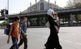 Seorang Muslimah melintas di jalan raya dengan latar belakang masjid Berlin