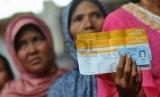 Seorang penerima bantuan sosial melakukan penarikan uang melalui agen Layanan Keuangan Digital (LKD) saat uji coba penyaluran dana bantuan Program Keluarga Harapan (PKH) melalui uang elektronik di Jakarta, Rabu (8/10).   (Republika/Prayogi)
