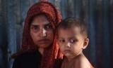 Seorang wanita pengungsi Rohingya menggendong anaknya di Kamp Pengungsian Kutupalong, Cox Bazar, Bangladesh.