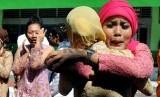 Siswa meluapkan kegembiraannya saat pengumuman kelulusan UN tingkat SMA di SMA Negeri 37 Jakarta, Jumat (24/5).  (Republika/Prayogi)