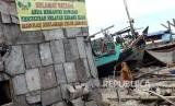 Spanduk penolakan proses reklamasi terpasang di desa nelayan kerang hijau Muara Angke.