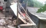 Sriyono saat merenovasi rumahnya di Srengseng Sawah, Jakarta Selatan
