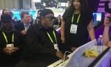 Stevie Wonder mencoba memainkan piano pintar saat dia mendatangi ajang pameran teknologi dan produk elektronik di Las Vegas, AS.