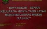Stiker milik Pemkab Banyumas yang ditempel di rumah keluarga penerima raskin. Kalimat tersebut dianggap berlebihan.