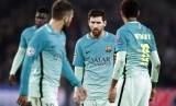 Striker Barcelona, Lionel Messi (tengah) bersama rekan setimnya pada laga Liga Champions lawan PSG di Parc des Princes, Rabu (15/2) dini hari WIB. Barca kalah telak, 0-4.