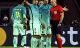 Striker Barcelona, Luis Suarez (kedua kiri) bersama rekan setimnya pada laga Liga Champions lawan PSG tengah pekan ini.