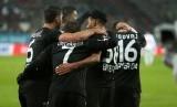 Striker Bayer Leverkusen, Javier Hernandez merayakan gol timnya pada laga Bundesliga lawan Augsburg, Jumat (19/2). Leverkusen menang 3-1.