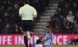 Striker Manchester City, Gabriel Jesus terduduk cedera pada laga Liga Primer lawan Bournemouth di stadion Vitaly, Selasa (14/2) dini hari WIB. Jesus mengalami retak tulang metatarsal.