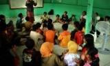 Suasana belajar di sekolah Bina Insan Mandiri atau Sekolah Master (Masjid Terminal) yang terletak di sisi barat terminal Depok, Jawa barat.