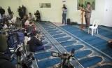 Suasana pembukaan masjid khusus homo di Cape Town oleh Dr Taj Hargey.